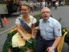 dscn9899w Unser Vereinsmitglied Paul mit Brunnenkönigin Jennifer II. im Kerbebaumkranz