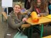 Sachsenhäuser Brunnenkönigin Jennifer II. mit der 3.Ostheimer Maikönigin Katharina I. die uns auch an einem Bastelstand half