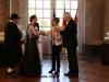 Brunnenkönigin Laura I. wird von Frau Boufie r im Schloss Biebrich begrüßt