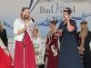 Die Frankfurter Apfelweinkönig Bianca I. spricht eine Abschiedsrede zu Michelle I.