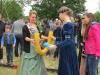 3359PBrunnenkönigin Jennifer II. probiert die Kinderspiele aus