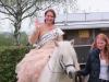 Hoch zu Roß, reitet die Wehrheimer Apfelblütenkönigin Sophie I. 2014/2015 ein