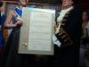 dsc02848waltraudDie neue Brunnenkönigin Laura I. und Brunnenschultheis Hans-Otto Porzelt halten die Proklamation hoch.