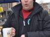 Foto:MM Olli mit einem warmen Kaffepott