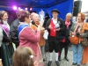 Sachsenhäuser Brunnenkönigin Karin II. übergibt dem neuen Bembelkönig Mike ein Apfelweinglas mit Ihrem Bild