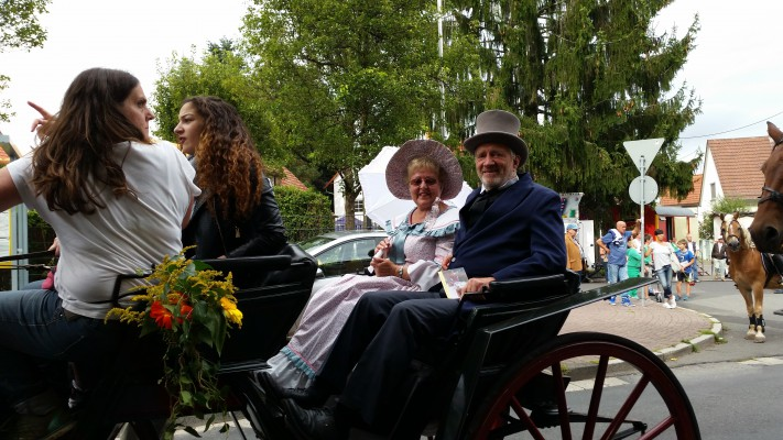 Waltraud und Erhard als Biedermeierpaar in Niederursel